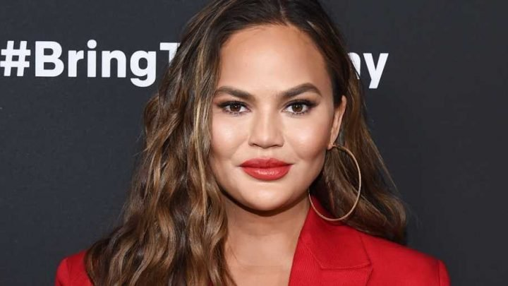 Chrissy Teigen Just Rubbed Aloe Vera Straight From The Plant All Over Her Face