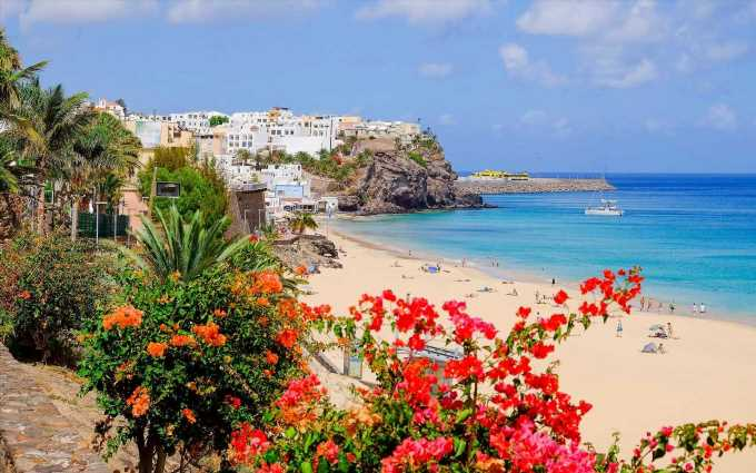 Half term Canary Islands holidays for £625pp – book a last minute break now the UK rain has arrived